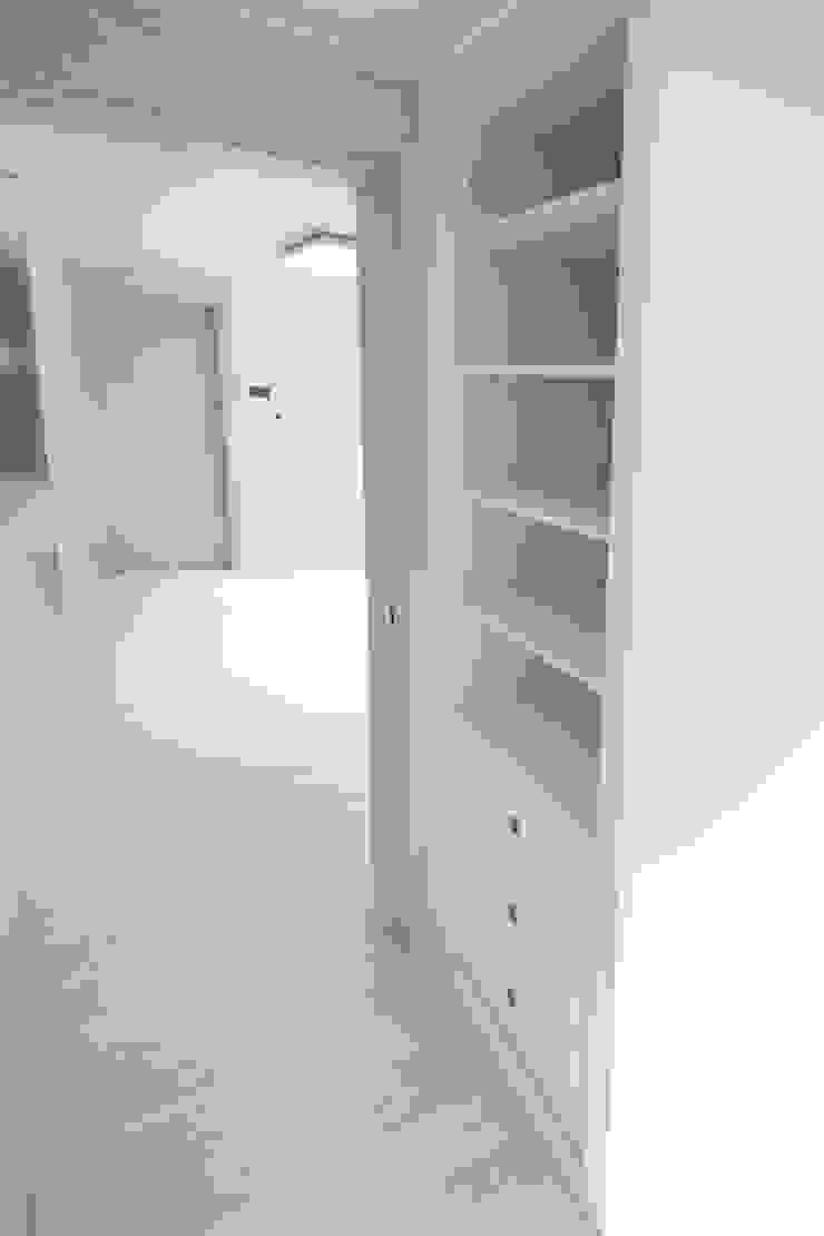 성내동 퀸즈빌 인테리어 리모델링(18py) 모던스타일 침실 by 바나나웍스 모던 우드 우드 그레인