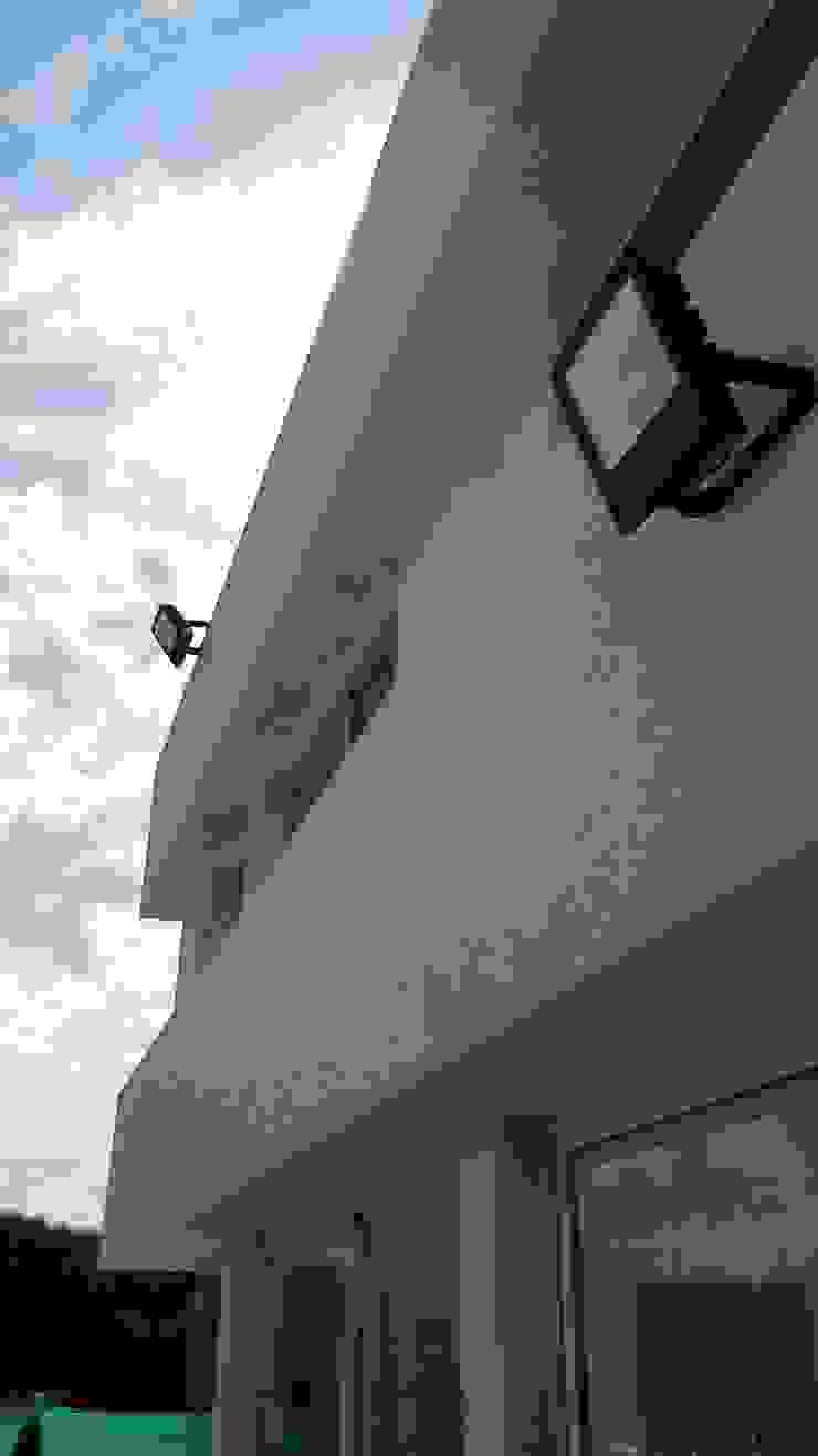 Detalle protección ventanas de MOLEarquitectura Moderno Cuarzo