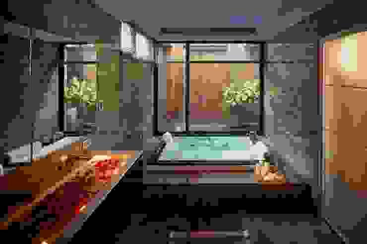 寶贏天地厚愛實品屋 現代浴室設計點子、靈感&圖片 根據 澤序空間設計有限公司 現代風