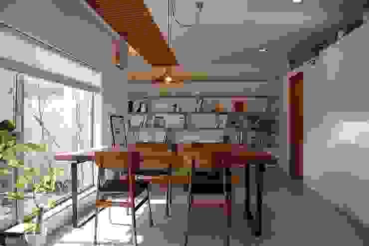 出窓の家 モダンデザインの リビング の あかがわ建築設計室 モダン