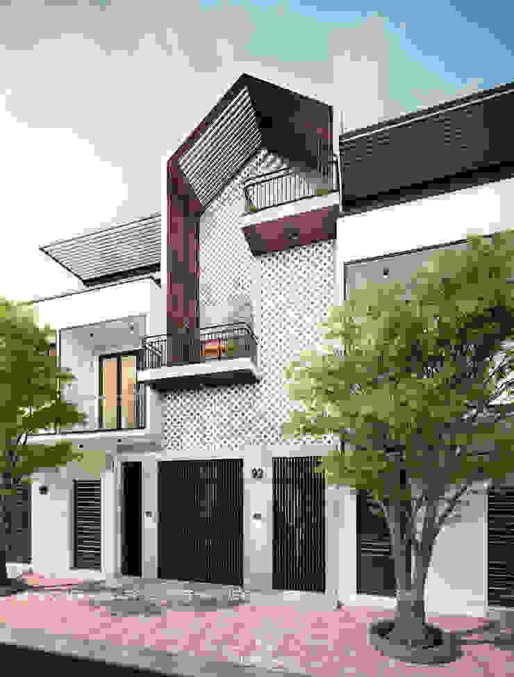 Cảm xúc Á Đông – Nhà phố Sài Gòn Nhà phong cách châu Á bởi LEAF Design Châu Á
