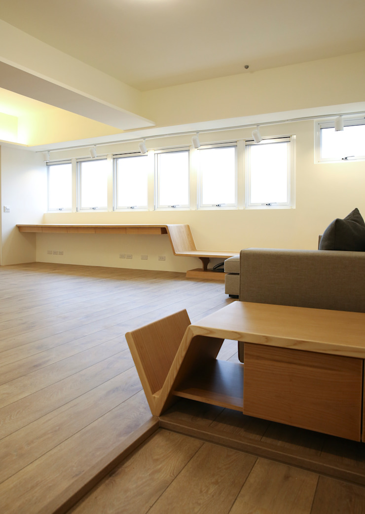 入口平台 现代客厅設計點子、靈感 & 圖片 根據 王采元工作室 現代風