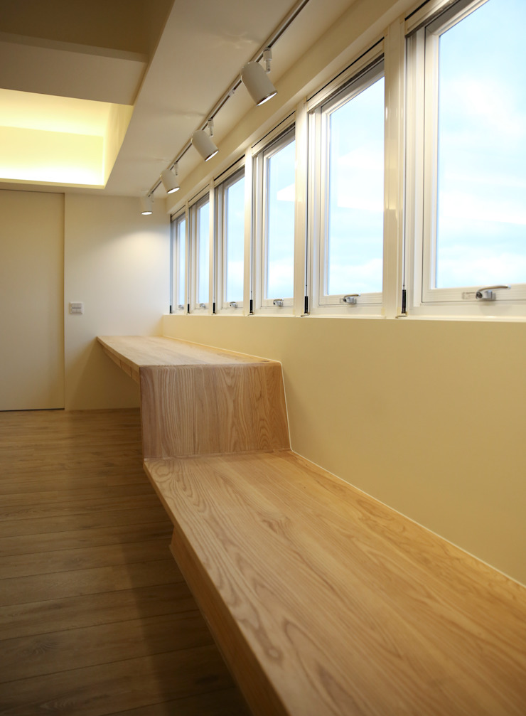 全家共讀 Modern Study Room and Home Office by 王采元工作室 Modern Solid Wood Multicolored