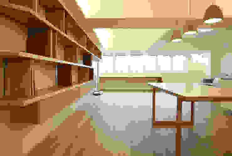 從餐廳看客廳書桌區 根據 王采元工作室 現代風
