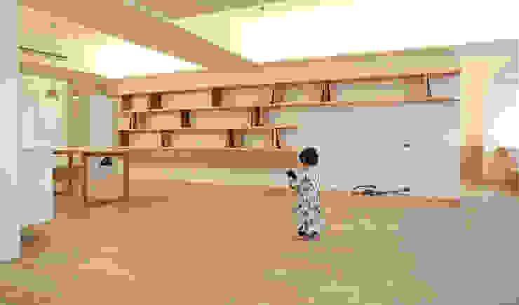 去主臥吧! 现代客厅設計點子、靈感 & 圖片 根據 王采元工作室 現代風