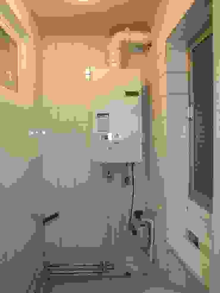 Cuarto caldera y lavadora Cocinas de estilo escandinavo de Almudena Madrid Interiorismo, diseño y decoración de interiores Escandinavo