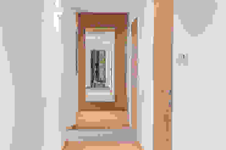 ห้องโถงทางเดินและบันไดสมัยใหม่ โดย Biendesign Pracownia Wnętrz โมเดิร์น