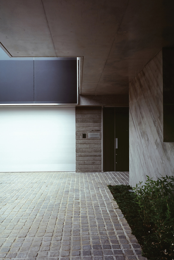 HIROO FLAT 裏手の広大な森を借景とした住まい モダンな 家 の JWA,Jun Watanabe & Associates モダン