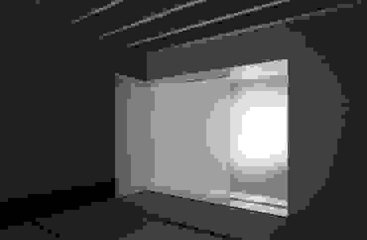 ひばりが丘、ギャラリーを意識した住まい、杉板化粧型枠コンクリート打ち放し外壁 JWA,Jun Watanabe & Associates モダンデザインの 多目的室