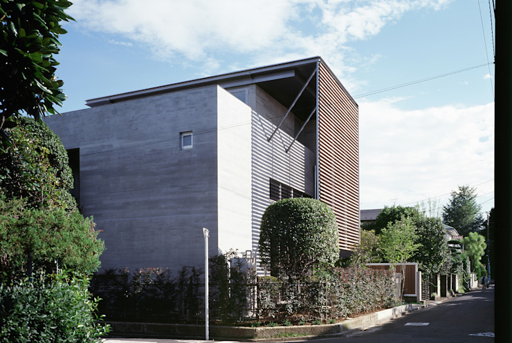 ひばりが丘、ギャラリーを意識した住まい、杉板化粧型枠コンクリート打ち放し外壁 モダンな 家 の JWA,Jun Watanabe & Associates モダン