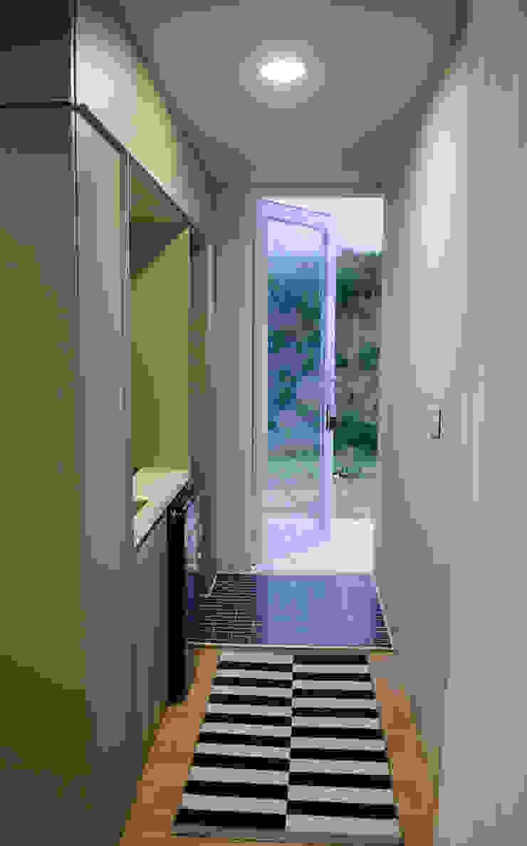 마룸 6평 (micro compact house) 모던스타일 복도, 현관 & 계단 by 마룸 모던