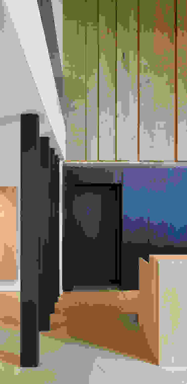 Showroom De Plankerij Moderne gangen, hallen & trappenhuizen van De Plankerij BVBA Modern Hout Hout