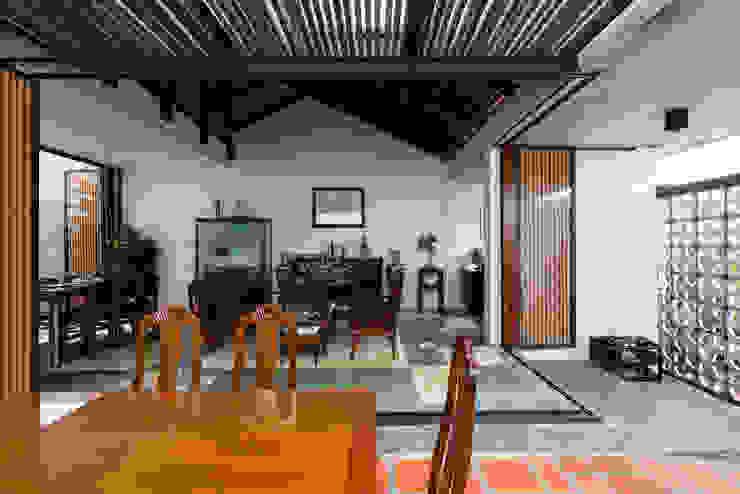 Nhà NỬA MÁI Phòng khách phong cách châu Á bởi AD+ Châu Á