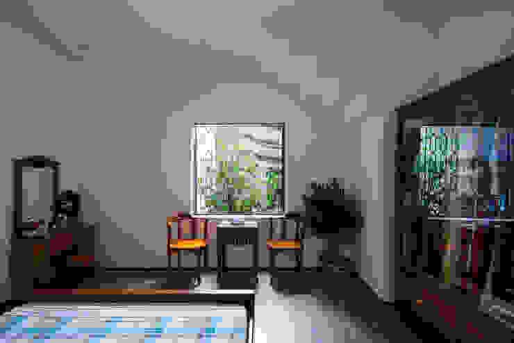 Nhà NỬA MÁI Phòng ngủ phong cách châu Á bởi AD+ Châu Á