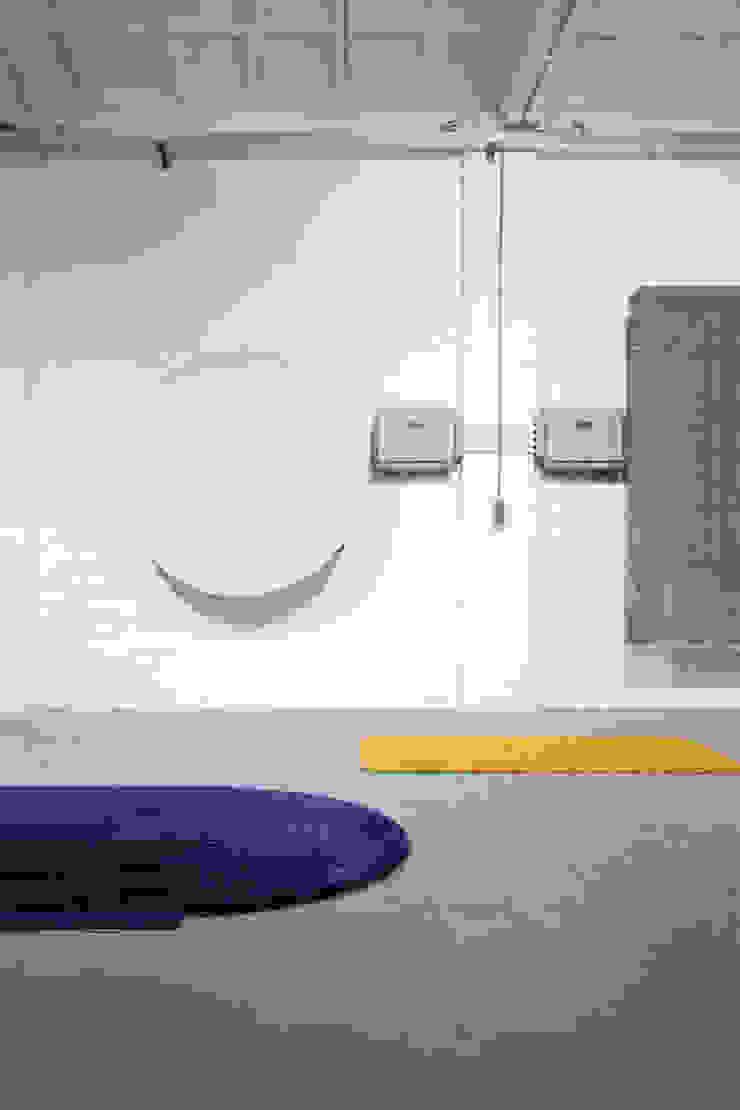 ZOOMING IN AND OUT-TUFTEN: modern  door Nina van Bart, Modern Textiel Amber / Goud