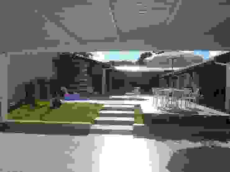 Vista da garagem para a área de lazer Garagens e edículas modernas por Fávero Arquitetura + Interiores Moderno