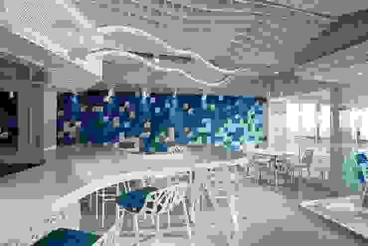 Le studio Escalar utilise KRION pour prolonger la frontière entre le bleu de l'eau et le bleu du ciel au Drassana MedBar KRION® Porcelanosa Solid Surface Gastronomie moderne