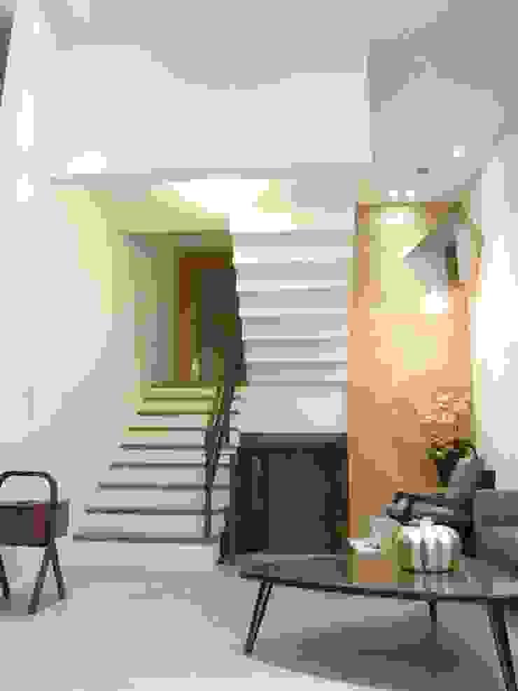 內湖康寧丁公館 現代風玄關、走廊與階梯 根據 第宅空間設計 現代風
