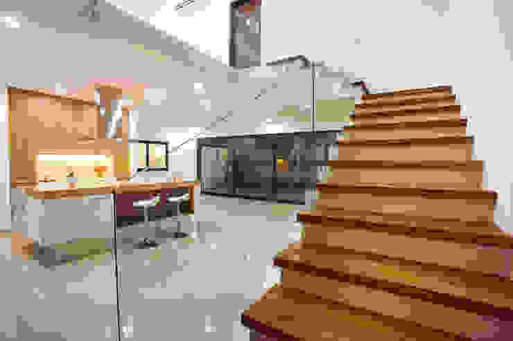 RESIDENCIA EN CANCUN, MX Luis Escalante Interiorismo Escaleras Madera maciza Acabado en madera
