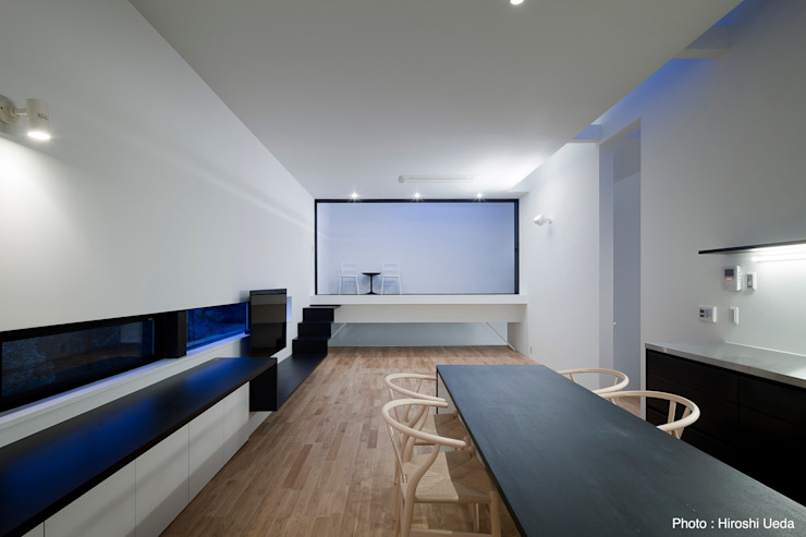 リビング夜景 石川淳建築設計事務所 ミニマルデザインの リビング 木 白色