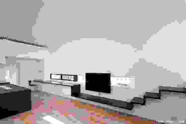 テレビ用造作家具 石川淳建築設計事務所 ミニマルデザインの リビング 木 白色