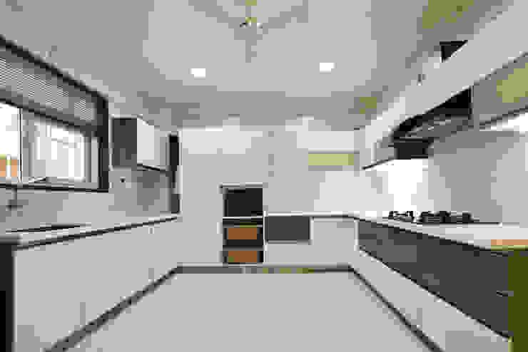 Mr. Shekhar Bedare's Residence GREEN HAT STUDIO PVT LTD Kitchen units MDF White