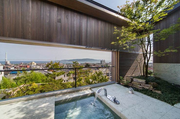 明石の庭: 株式会社 荒木造園設計が手掛けた浴室です。
