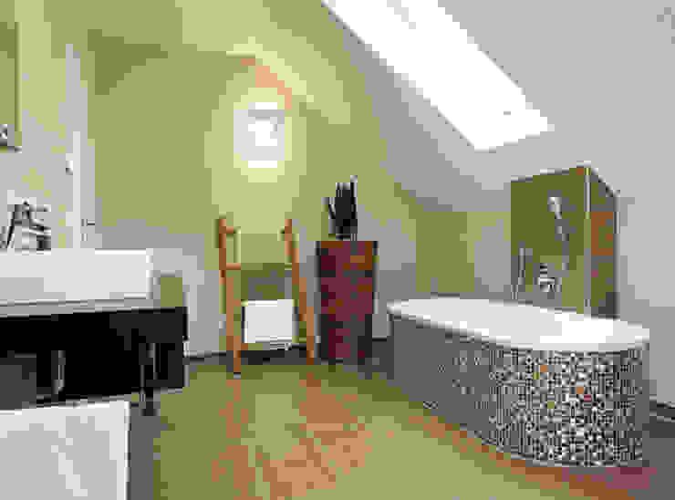 VIO 450 - Eine kleine Wellnessoase mit einer ebenerdig begehbaren Dusche und einer freistehenden Badewanne Moderne Badezimmer von FingerHaus GmbH - Bauunternehmen in Frankenberg (Eder) Modern