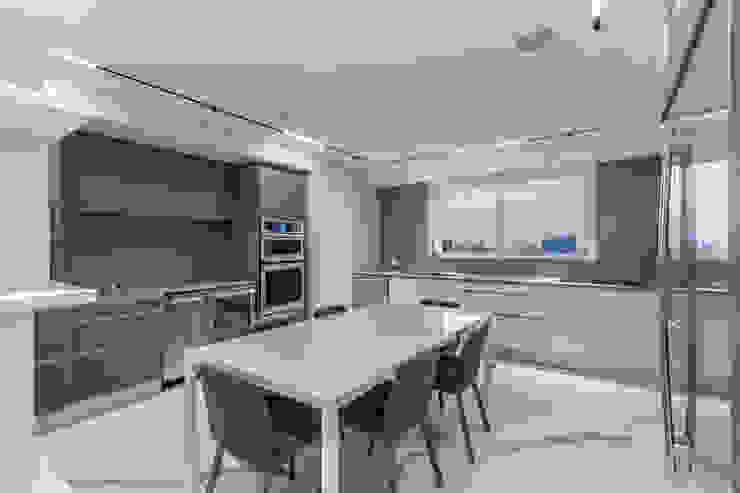 Grand Europa II Modern Dining Room by Design Group Latinamerica Modern