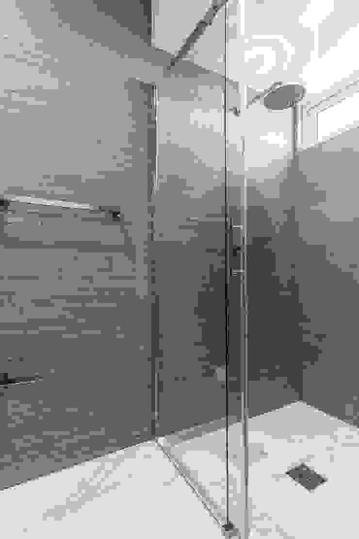 Grand Europa II Modern Bathroom by Design Group Latinamerica Modern