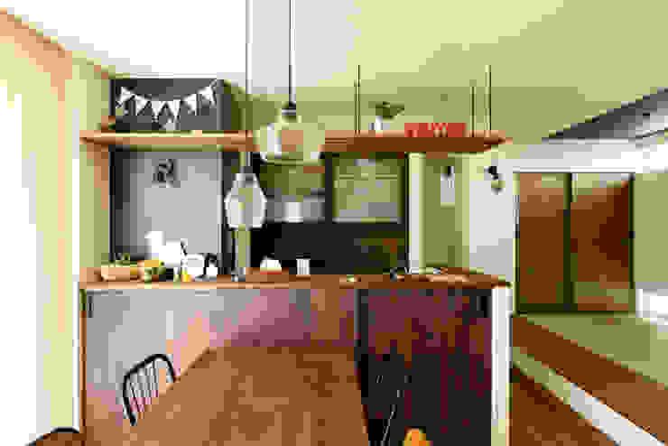 カフェ風キッチンで料理も楽しく タイコーアーキテクト インダストリアルデザインの キッチン 木目調