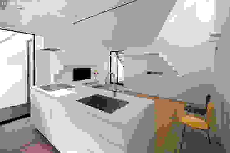 オーダーキッチンとリビング 石川淳建築設計事務所 システムキッチン 黒色