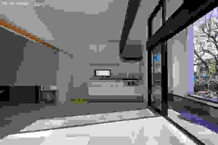 親世帯のダイニングキッチン 石川淳建築設計事務所 ミニマルデザインの ダイニング 白色