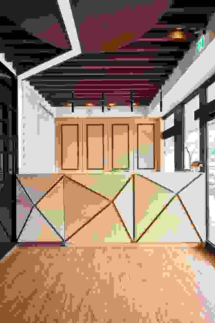 在游大俠裡找自己 現代風玄關、走廊與階梯 根據 舍子美學設計有限公司 現代風