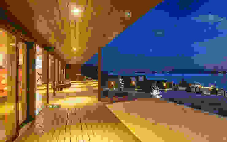 Вид из дома на Амурский пролив Балкон и терраса в стиле модерн от LUMI POLAR Модерн