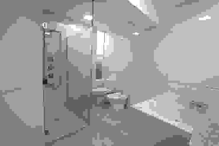 Penthouse dúplex San Isidro: Baños de estilo  por Artem arquitectura, Minimalista