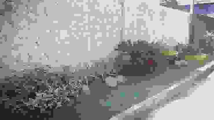 Taman depan rumah Taman Minimalis Oleh Tukang Taman Surabaya - Tianggadha-art Minimalis Batu