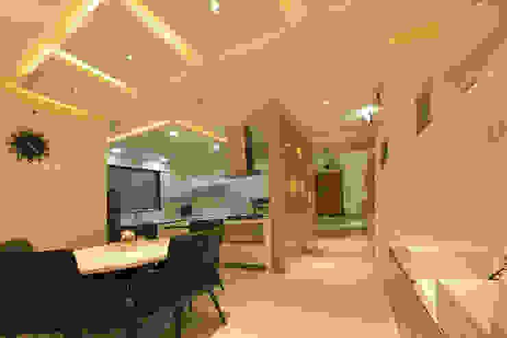 Mr Swapnil Choudhary Modern dining room by GREEN HAT STUDIO PVT LTD Modern Plywood