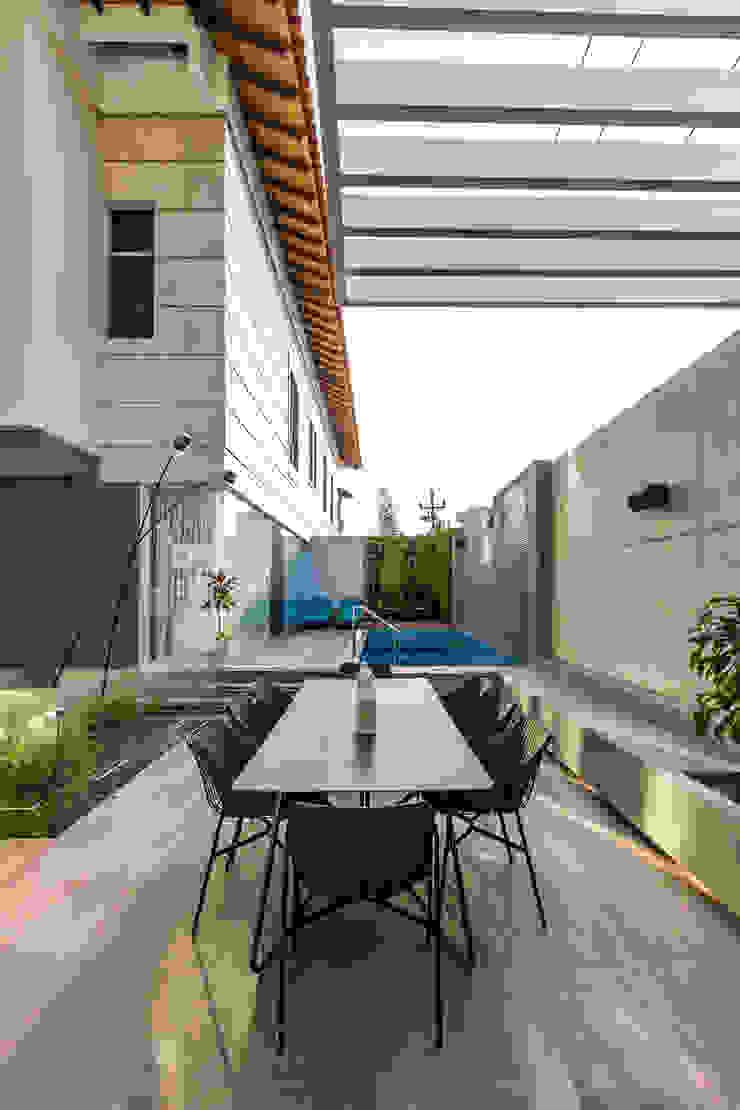 Terraza - Mobiliario Balcones y terrazas de estilo ecléctico de Design Group Latinamerica Ecléctico Piedra