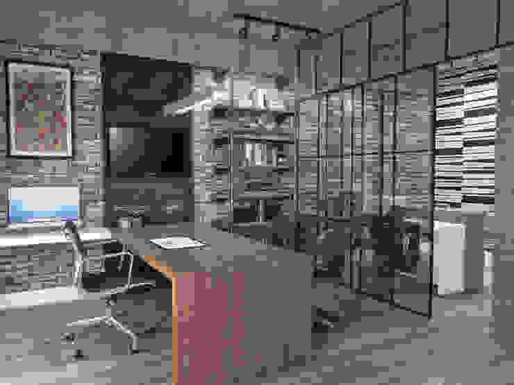 Escritório de Design: Escritórios  por Conceito22 Arquitetura Inteligente,Industrial Madeira Efeito de madeira