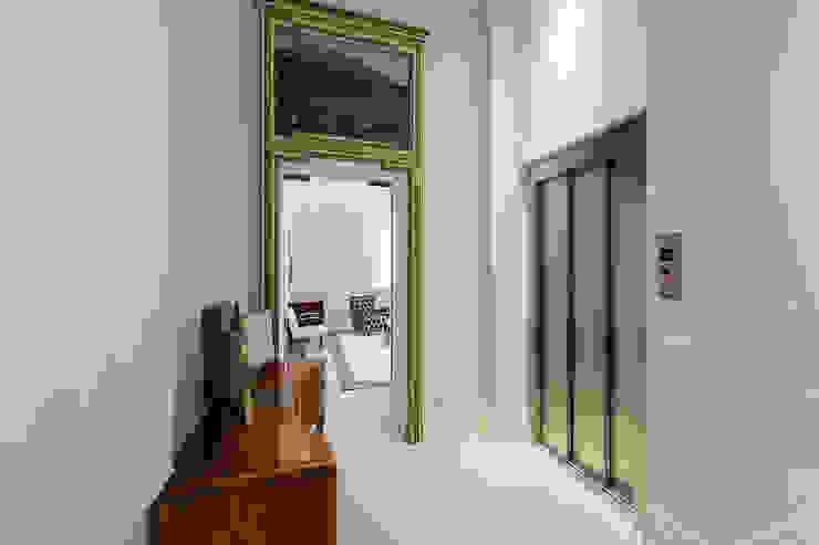 Entrance Vemworks llc Ingresso, Corridoio & Scale in stile moderno Bianco