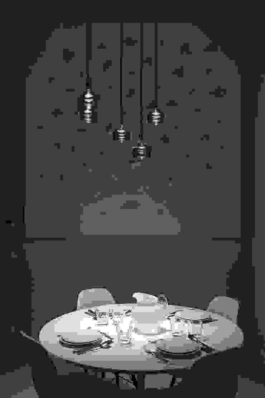 Dining room Vemworks llc Sala da pranzo moderna Bianco