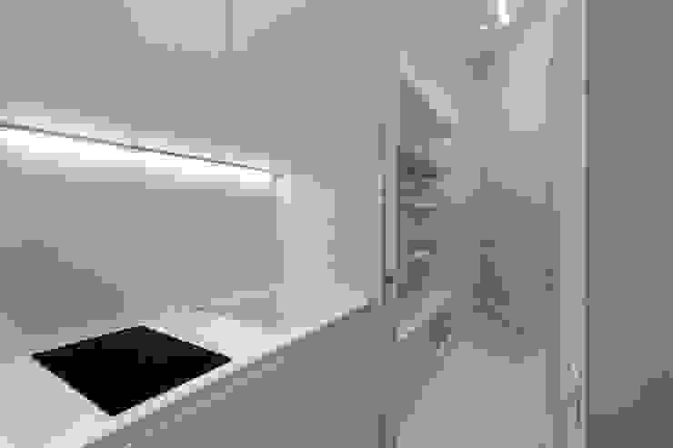 Kitchen Vemworks llc Ingresso, Corridoio & Scale in stile moderno Bianco