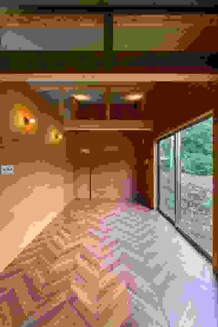Cuartos de estilo escandinavo de Yama Design Escandinavo Madera Acabado en madera
