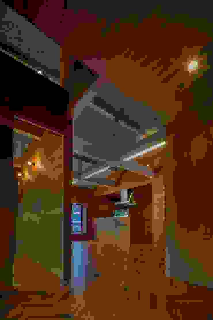 Salas de estilo escandinavo de Yama Design Escandinavo Madera Acabado en madera