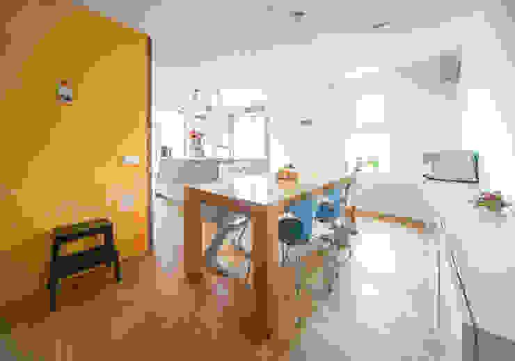 De eetplek Modern Dining Room by B1 architectuur Modern Wood Wood effect