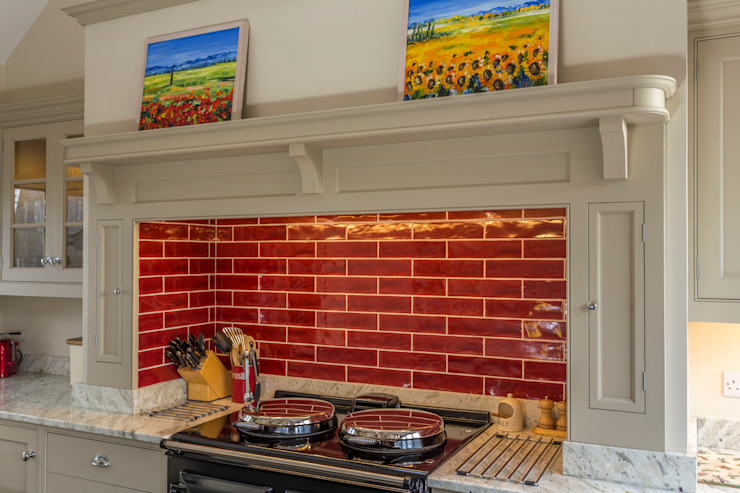 Bespoke kitchen with red tiles splashback. Cuisine classique par John Ladbury and Company Classique Tuiles