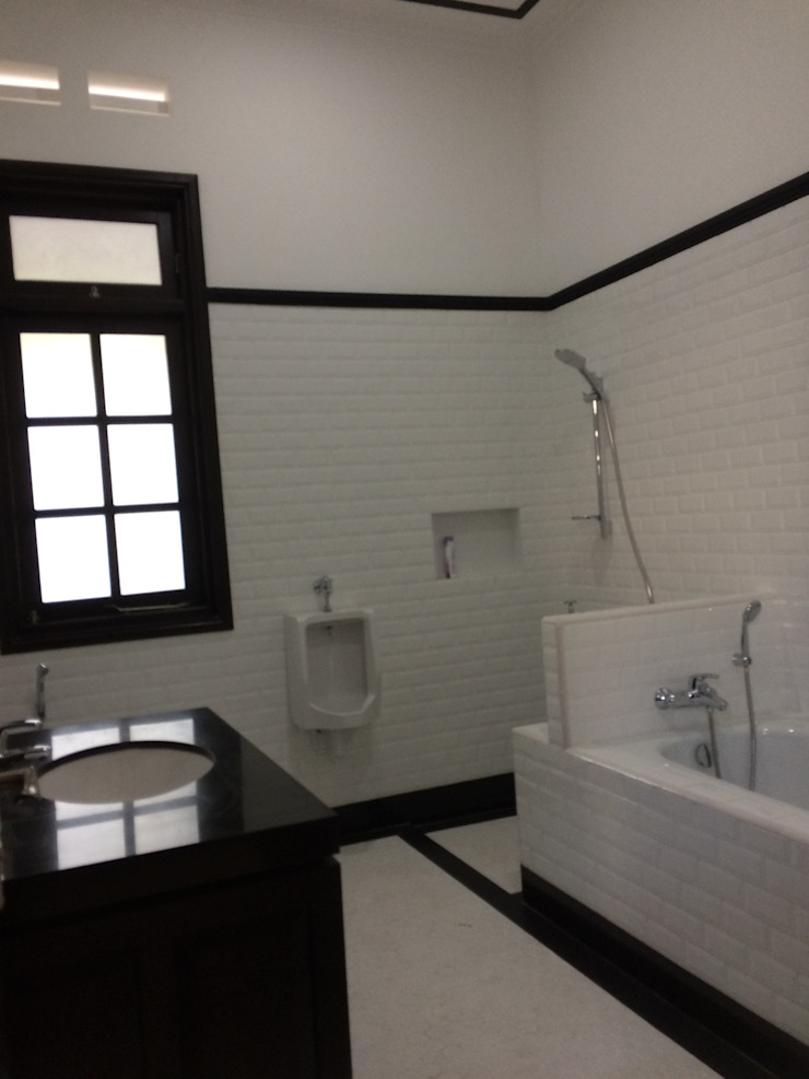 Colonial style bathroom by Kahuripan Architect Colonial Ceramic