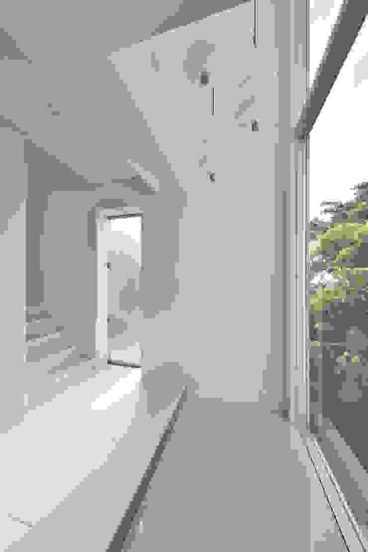ห้องโถงทางเดินและบันไดสมัยใหม่ โดย プラソ建築設計事務所 โมเดิร์น