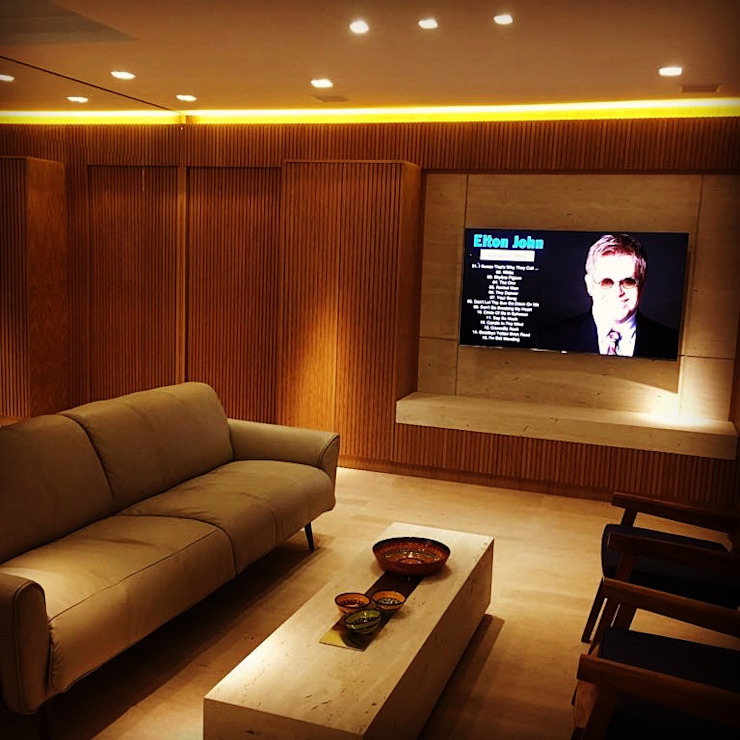 Sala de estar ligada a cozinha-gourmet e com visao direta tela. por Elaine Hormann Architecture Moderno